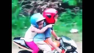 Video Anak kecil ini bonceng cewek pakai motor sport, duh jomblo pasti iri! download MP3, 3GP, MP4, WEBM, AVI, FLV Juli 2018