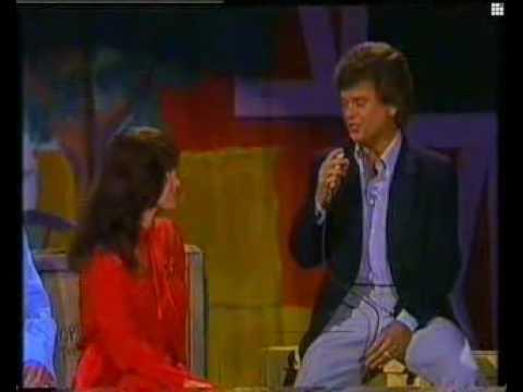 Conway Twitty & Loretta Lynn - Hello Darlin' [Live]