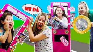 Heloísa e Mamãe em uma história engraçada da maquina gigante de 1 real!