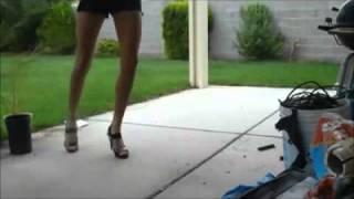 Девушка на каблуках танцует шафл