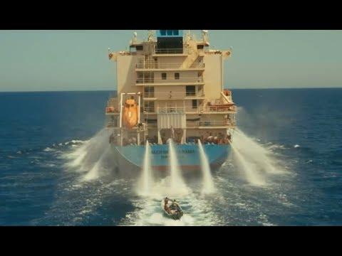 海盗顶着高压水柱,强行劫持了大型商船,开口就是一千万赎金