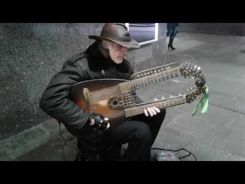 Уличный музыкант в...