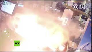 El impactante momento en que un teléfono móvil explota mientras intentan repararlo