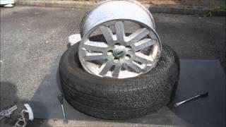 手組で自動車のタイヤ交換