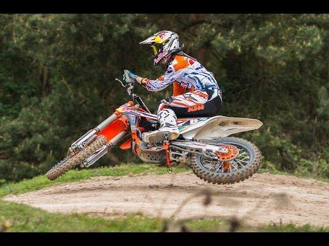 Jeffrey Herlings vliegt over het circuit van Rhenen bij ONK Baantest