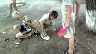 маленькие дети весело играют, самое смешное видео