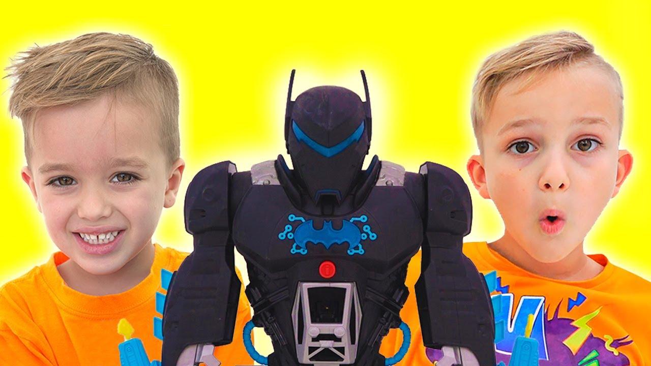 วลาดและนิกิเล่นกับของเล่น Bat-Tech BatBot และกอบกู้เมือง