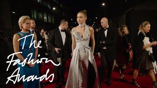 بالفيديو – بكاء عارضة الأزياء الفلسطينية جيجي حديد لحظة تسلمها جائزة أفضل عارضة أزياء