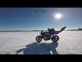 動画:氷上スタント撮影中のハプニング 倒れないバイクの罠にドッタンバッタン大騒ぎ!