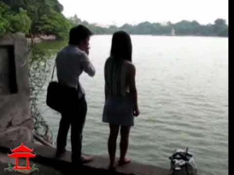 Mão mèo thổi sáo bên bờ hồ Hoàn Kiếm