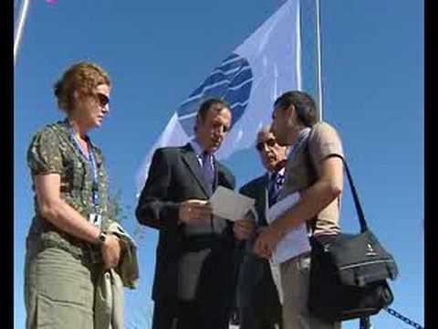 Banderas ondeando a media asta en Expo Zaragoza