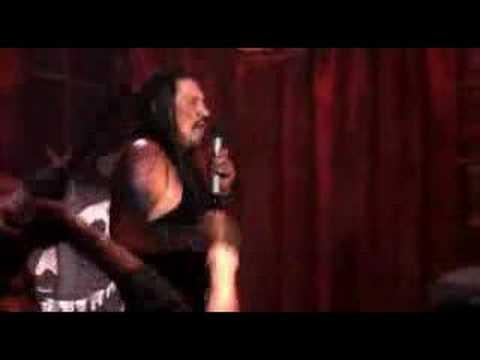Danny Trejo cantando