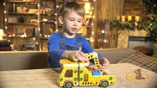 Дети реагируют на игрушку машина-погрузчик