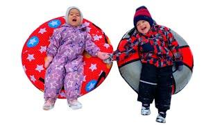 Лешик и Маргошик катаются с горки! Зимние развлечения для детей!