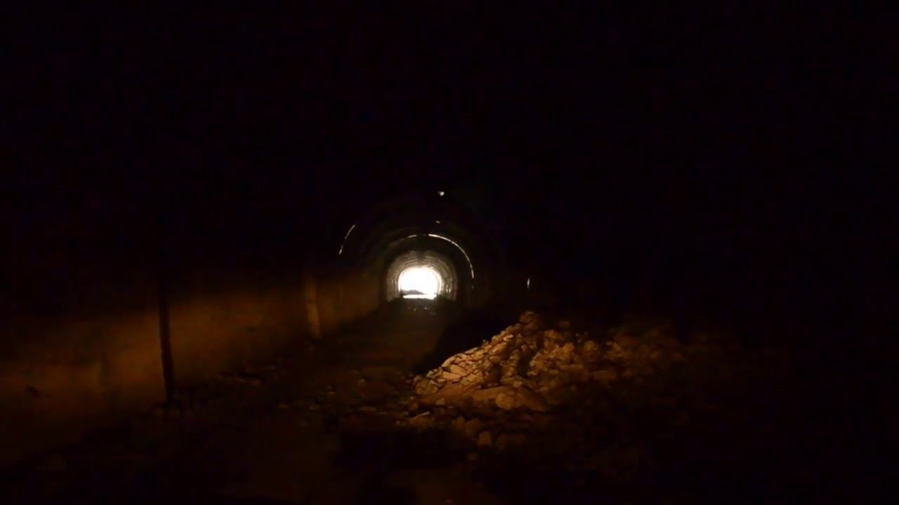 萬世大路 二ツ小屋隧道を軽トラで通行 - YouTube