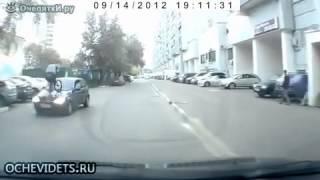 Запрыгнул на машину на велике.