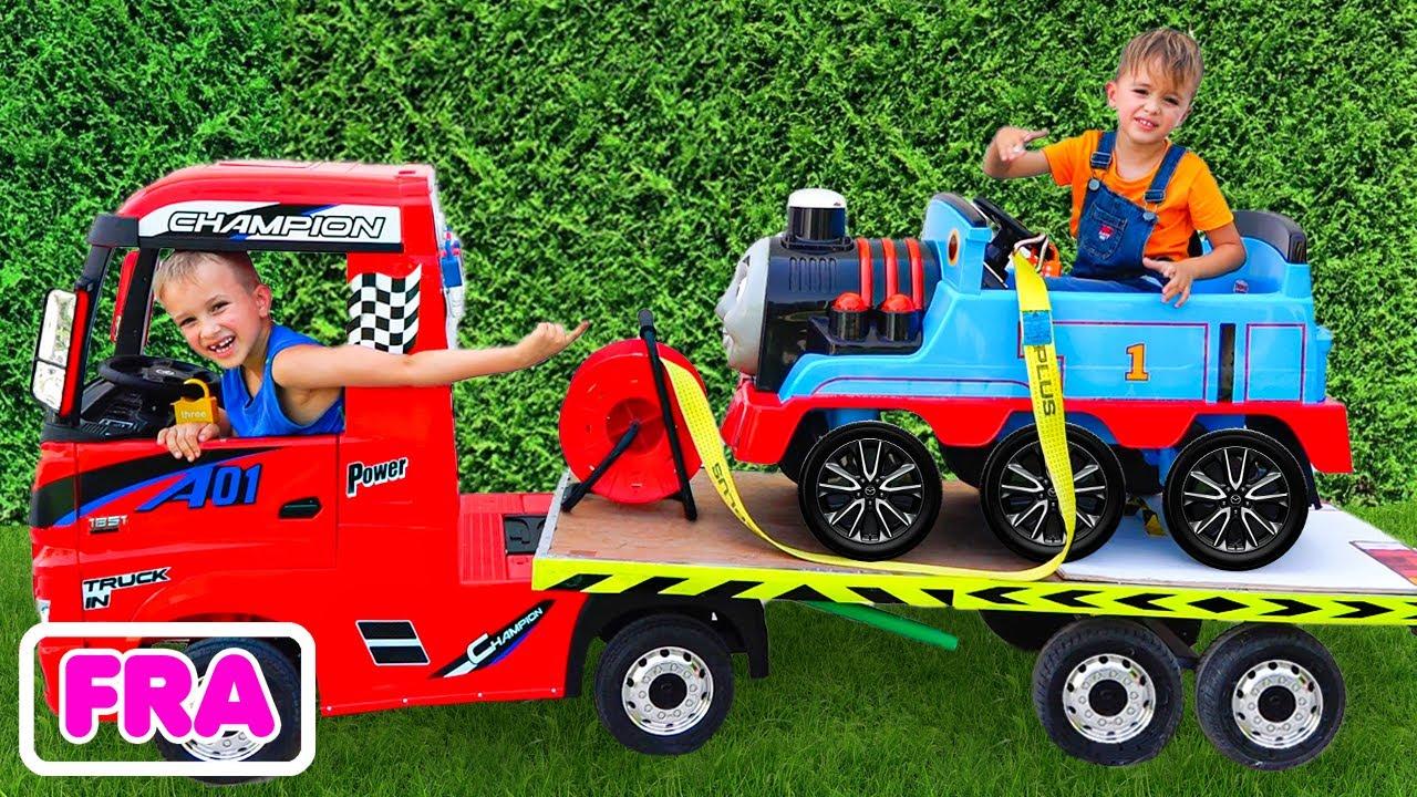 Vlad et Niki font semblant de jouer avec des voitures miniatures