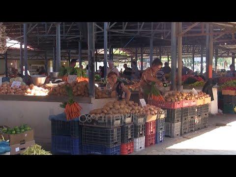 Ora News - Tregjet janë plot, por blerjet në Elbasan janë të pakta