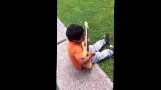 Salvador haciendo música en el jardín (estilo indie-rock-alternativo )