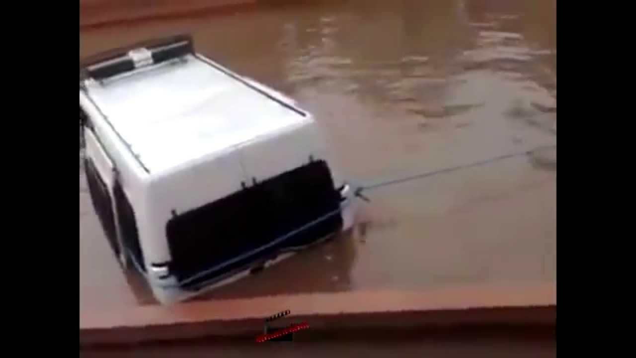 Flood Morocco 2014 فيضانات المغرب تغرق سيارة الامن الوطني