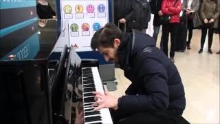 Klavierkonzert in Paris Gare de l'Est im Rahmen einer Aktion von SNCF