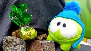 Видео для детей про #игрушки. АМ НЯМ в горах ищет конфетки