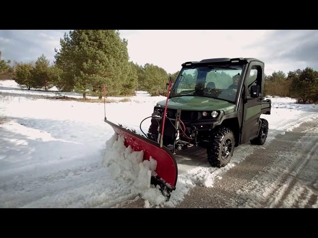 Zastosowanie pojazdu użytkowego Gator XUV865M z pługiem śnieżnym | John Deere