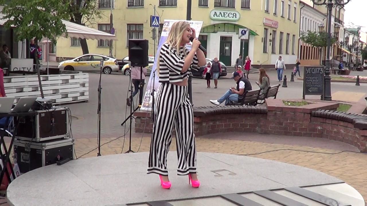 Уличный музыкант! Нежная песня от красивой девушки! Buskers!  Musik! Song!