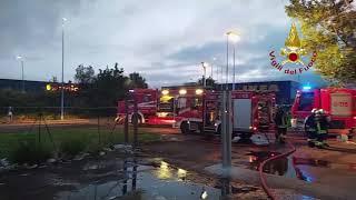 Incendio nella notte all'Osmannoro, a fuoco un capannone: ancora fiamme, pompieri al lavoro Le foto