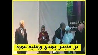 المترشح علي بن فليس يهدي احدى المواطنات عمرة خلال تجمع شعبي بورقلة