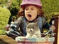 Ni�a y gato cantando. Three.co.uk  #SingItKitty
