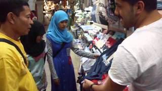 Seorang Pedagang di Pasar Istanbul Turki Bicara Berbahasa Indonesia