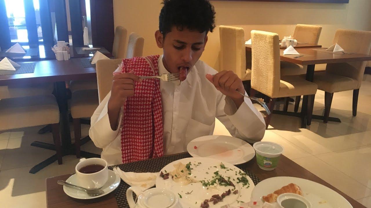 صاد اخوه يفطر في رمضان في بوفية الفندق الله لايحطني مكانه ??
