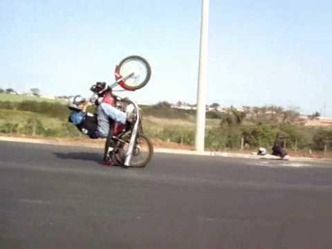 fotos de motos empinando