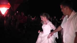Проход жениха и невесты на фоне шаров. Переславль