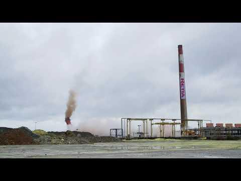 Spectaculaire explosion des cheminées de Lacq vue du ciel