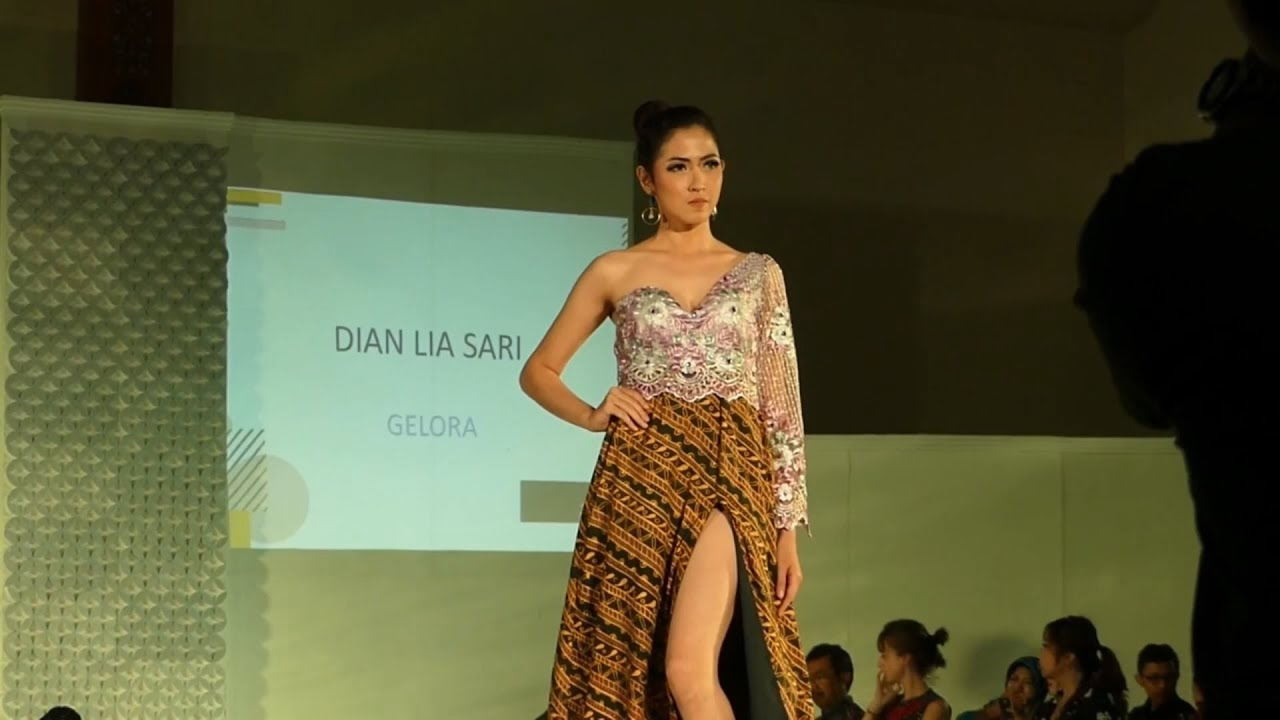 54 Gambar Baju Batik Fashion Show Paling Hist