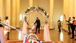 У невесты слетело платье на свадьбе.