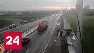 Смотреть видео Грузовик кузовом зацепил опору моста по дороге в аэропорт Красноярска - Россия 24 онлайн
