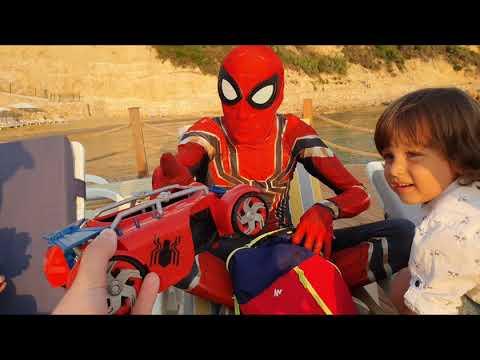 Fatih Selim Ve Yusuf Sahilde Spiderman Ile çantadan Oyuncaklar çıkardı,yakalamaca Oyunu Oynadılar.