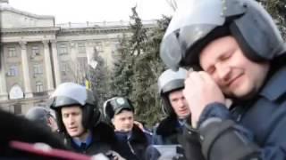 Видео ПН: в Николаеве пытаются снести памятник Ленину(, 2014-02-22T12:02:06.000Z)