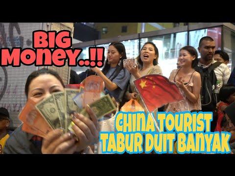 Big Money..!!Pelancong China tabur duit pelbagai matawang pada Bob sbb happy lagu mandrin di mainkan