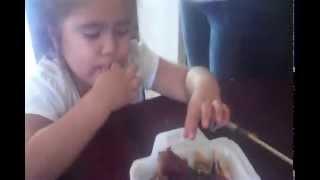 Comiendo pollo con papas  - Alaisha RD