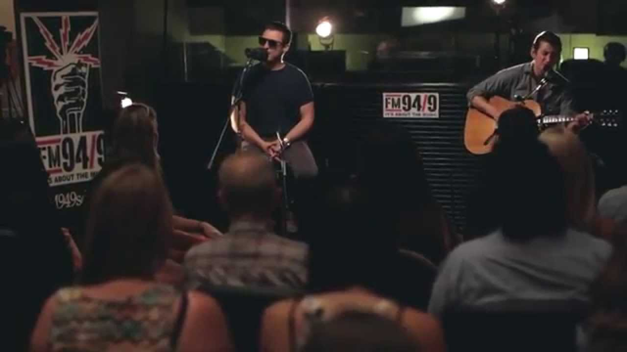 arctic-monkeys-whyd-you-only-call-me-when-youre-high-acoustic-fm-94-9-fm94-9-video