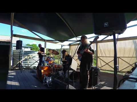 Rebecca Johnson Band *BASS SOLO - SHAKY GROUND* Live @ The Catho Pub (21/4/18)