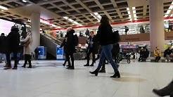 Rautatientorin metroaseman Kompassitasanteella ruuhkaa.