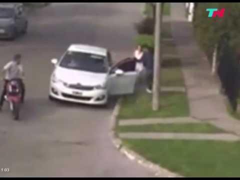 VIDEO: Una madre y su hija vivieron 15 segundos de terror en un robo de motochorros