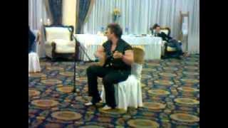 Русский парень афигенски играет на домбре