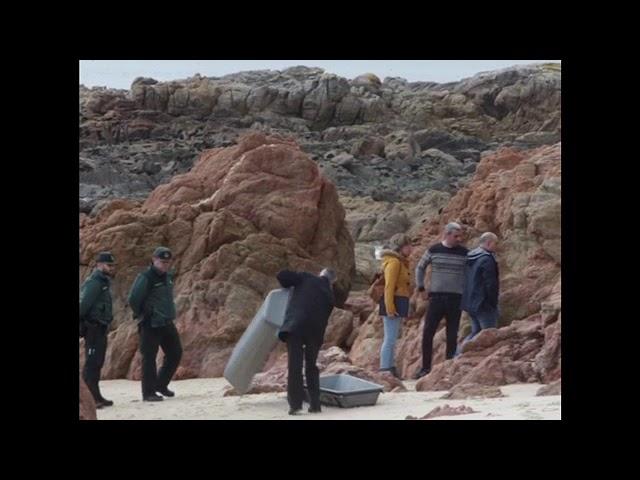 Levantamiento del cadáver hallado en la playa de Areas, en Sanxenxo