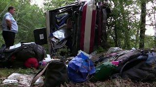 В Крыму пассажирский автобус сорвался с обрыва в пропасть.(В Крыму расследуют обстоятельства ДТП с пассажирским автобусом, который упал с обрыва на трассе под Феодос..., 2016-08-12T13:11:34.000Z)
